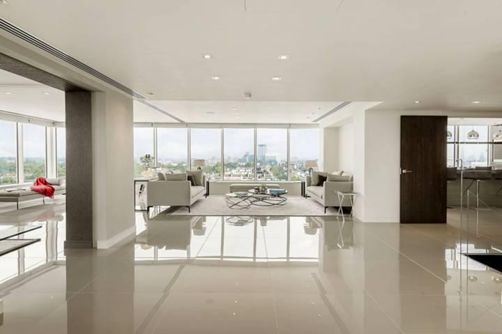 <b>Reception Room</b><span class='dims'> 50&#39;11 x 31&#39;10 (15.52 x 9.70m)</span>