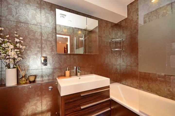 <b>Bathroom</b><span class='dims'> 6&#39;9 x 5&#39;7 (2.06 x 1.70m)</span>