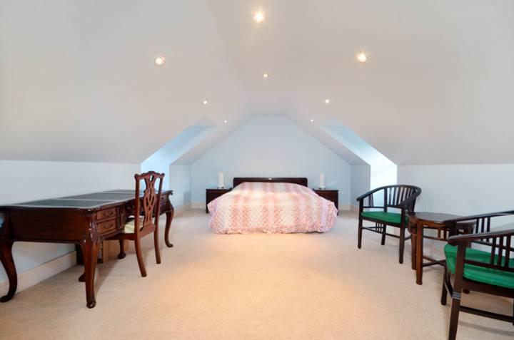 <b>Master Bedroom</b><span class='dims'> 17'10 x 13'3 (5.44 x 4.04m)</span>