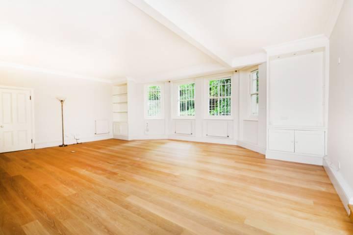 <b>Reception Room</b><span class='dims'> 25'5 x 23'7 (7.75 x 7.19m)</span>