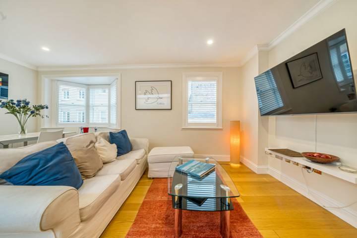 <b>Bedroom</b><span class='dims'> 13'3 x 13'3 (4.04 x 4.04m)</span>