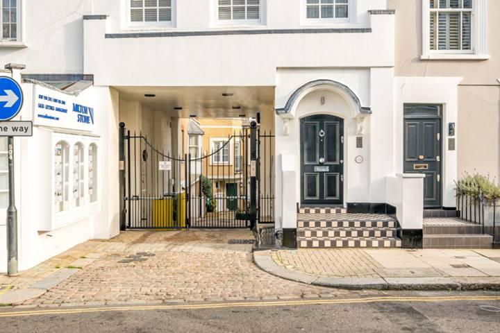 <b>En Suite Bathroom</b><span class='dims'> 10'3 x 6'7 (3.12 x 2.01m)</span>