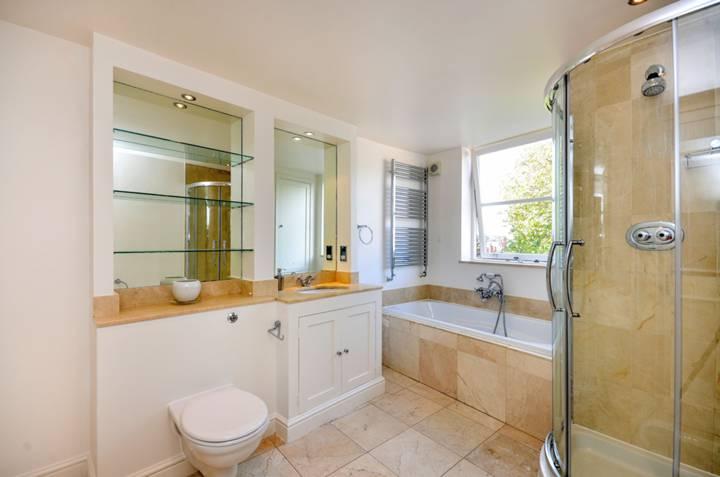 <b>First En Suite Bathroom</b><span class='dims'> 14'5 x 8'5 (4.39 x 2.57m)</span>