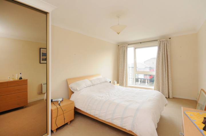 <b>Master Bedroom</b><span class='dims'> 18'5 x 10'2 (5.61 x 3.10m)</span>