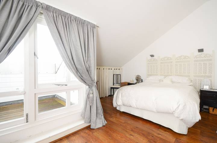 <b>Master Bedroom</b><span class='dims'> 16'3 x 15'3 (4.95 x 4.65m)</span>