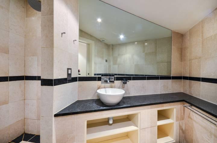 <b>En Suite Shower Room</b><span class='dims'> 9&#39; x 6&#39;9 (2.74 x 2.06m)</span>