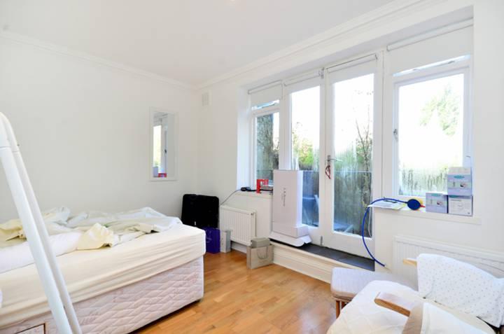 <b>Main Bedroom</b><span class='dims'> 14'8 x 10' (4.47 x 3.05m)</span>