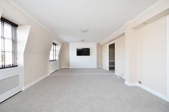 <b>Reception Room</b><span class='dims'> 28&#39;8 x 13&#39;10 (8.74 x 4.22m)</span>