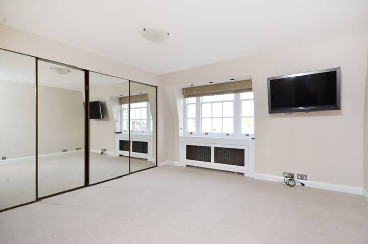 <b>Master Bedroom</b><span class='dims'> 15&#39;1 x 13&#39;10 (4.60 x 4.22m)</span>