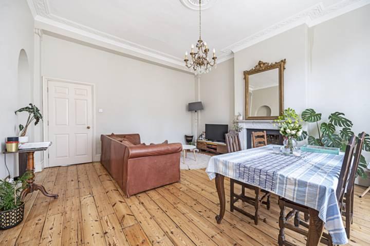 <b>Kitchen</b><span class='dims'> 12'5 x 6'9 (3.78 x 2.06m)</span>
