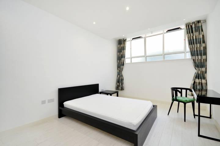 <b>Bedroom</b><span class='dims'> 16'10 x 10'9 (5.13 x 3.28m)</span>