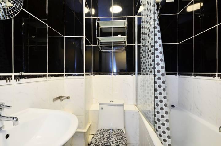 <b>Bathroom</b><span class='dims'> 7'7 x 5'4 (2.31 x 1.63m)</span>
