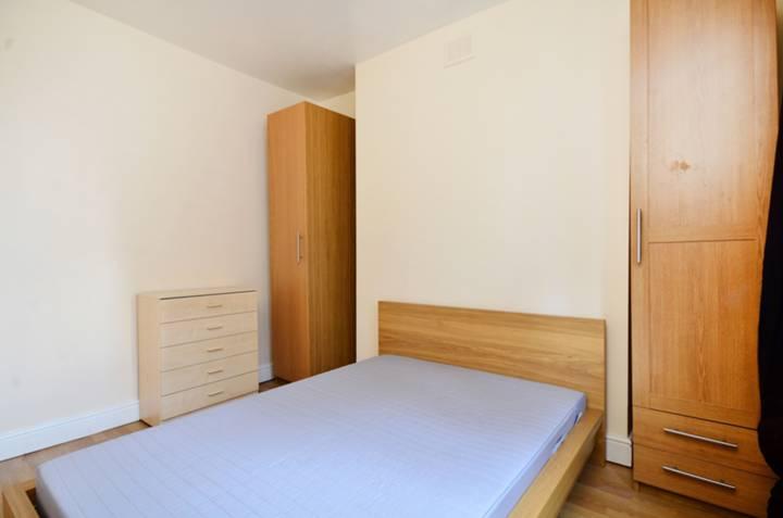 <b>Bedroom</b><span class='dims'> 11'8 x 10'11 (3.56 x 3.33m)</span>