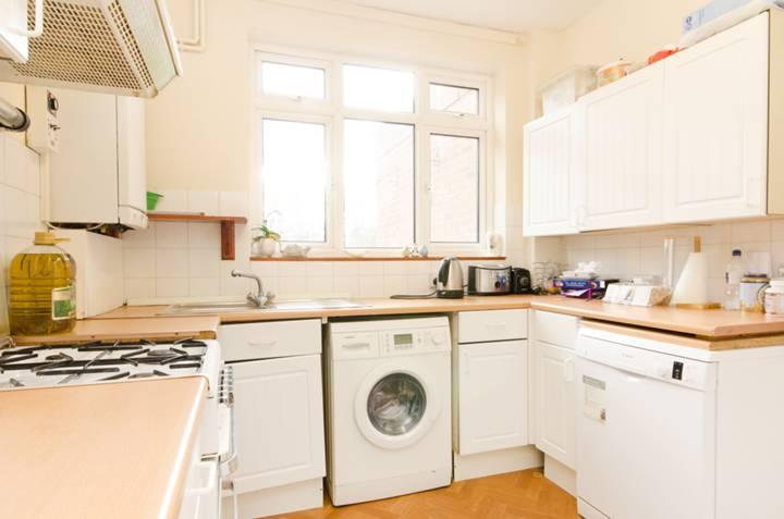 <b>Kitchen</b><span class='dims'> 9&#39;3 x 8&#39;11 (2.82 x 2.72m)</span>
