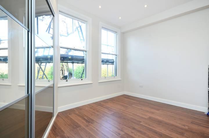 <b>Bedroom</b><span class='dims'> 15 x 12'3 (4.57 x 3.73m)</span>