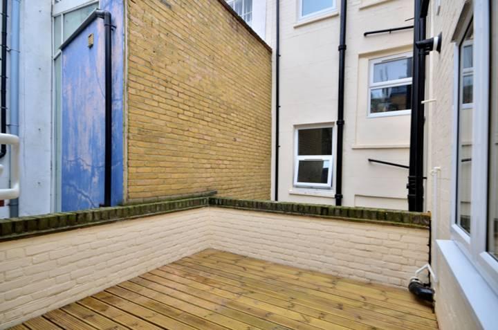<b>Roof Terrace</b><span class='dims'> 10' (3.05m)</span>