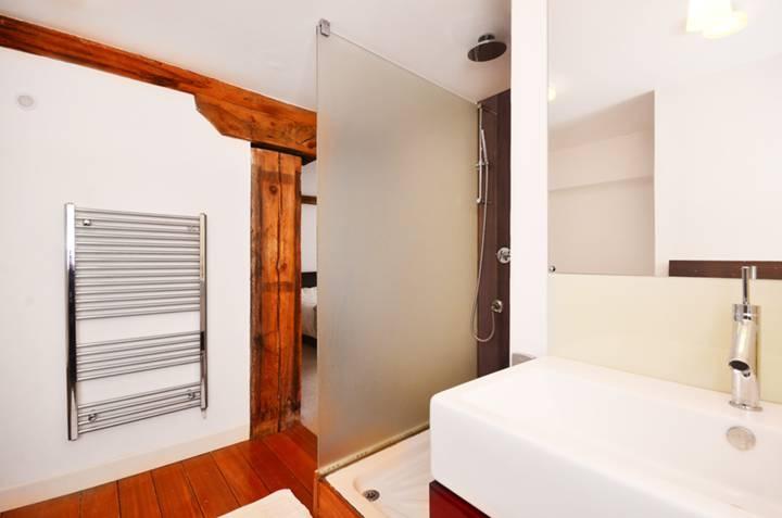 <b>En Suite Bathroom</b><span class='dims'> 11'8 x 11 (3.56 x 3.35m)</span>