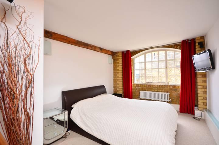 <b>Bedroom</b><span class='dims'> 20'8 x 10 (6.30 x 3.05m)</span>