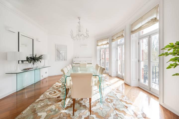 <b>Bathroom</b><span class='dims'> 12'7 x 5'11 (3.84 x 1.80m)</span>