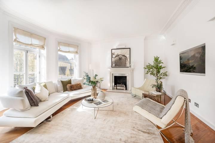 <b>Kitchen</b><span class='dims'> 18'4 x 11'4 (5.59 x 3.45m)</span>