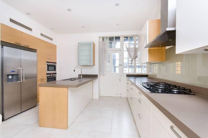 <b>Kitchen</b><span class='dims'> 15'1 x 13'6 (4.60 x 4.11m)</span>