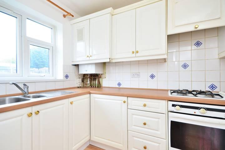 <b>Kitchen</b><span class='dims'> 9'6 x 6'2 (2.90 x 1.88m)</span>