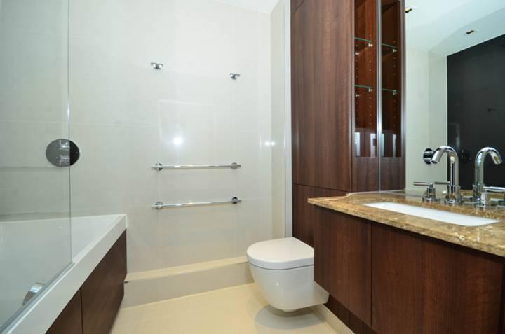 <b>Bathroom</b><span class='dims'> 7'3 x 5'6 (2.21 x 1.68m)</span>