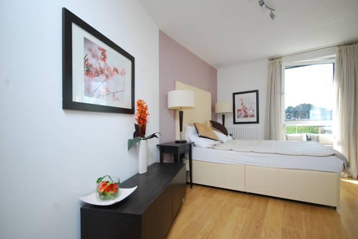 <b>Second Bedroom</b><span class='dims'> 15'6 x 8'5 (4.72 x 2.57m)</span>