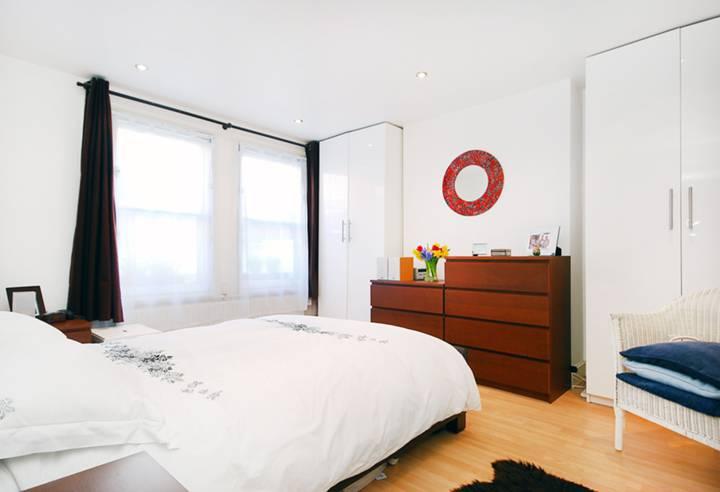 <b>Bedroom</b><span class='dims'> 13'6 x 13' (4.11 x 3.96m)</span>