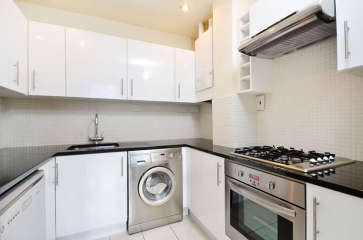 <b>Kitchen</b><span class='dims'> 8' x 7'5 (2.44 x 2.26m)</span>