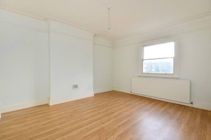 <b>Master Bedroom</b><span class='dims'> 15&#39;11 x 13&#39; (4.85 x 3.96m)</span>