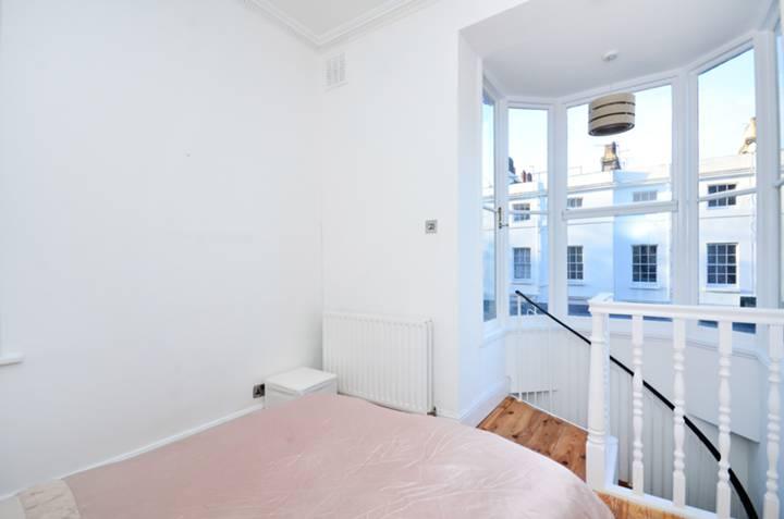 <b>Master Bedroom</b><span class='dims'> 13'7 x 10'8 (4.14 x 3.25m)</span>
