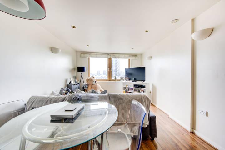 <b>Kitchen</b><span class='dims'> 11'4 x 5'10 (3.45 x 1.78m)</span>