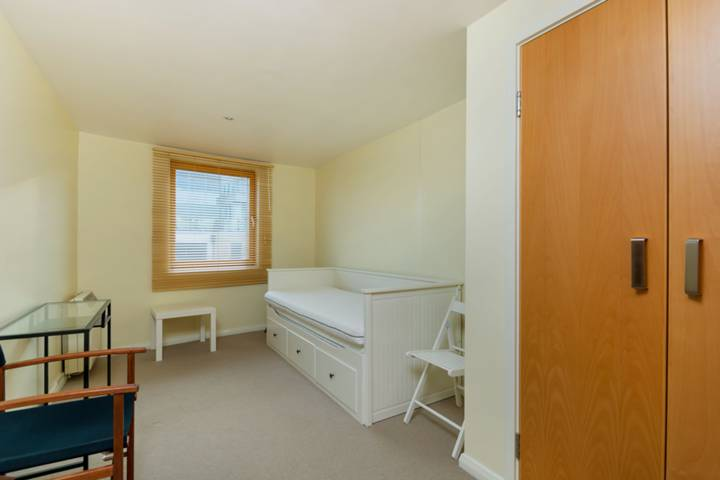 <b>Main Bedroom</b><span class='dims'> 16' x 8'9 (4.88 x 2.67m)</span>