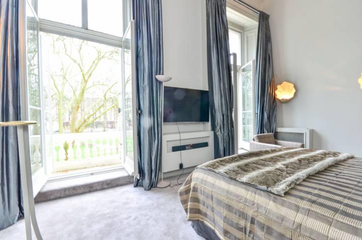 <b>Master Bedroom</b><span class='dims'> 20' x 12'2 (6.10 x 3.71m)</span>