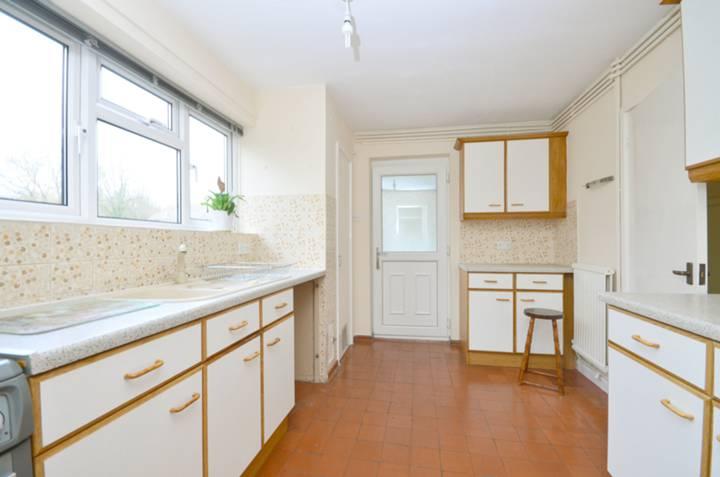 <b>Kitchen</b><span class='dims'> 12'2 x 9' (3.71 x 2.74m)</span>