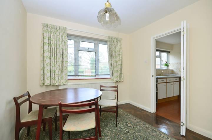 <b>Dining Room</b><span class='dims'> 9'3 x 9' (2.82 x 2.74m)</span>