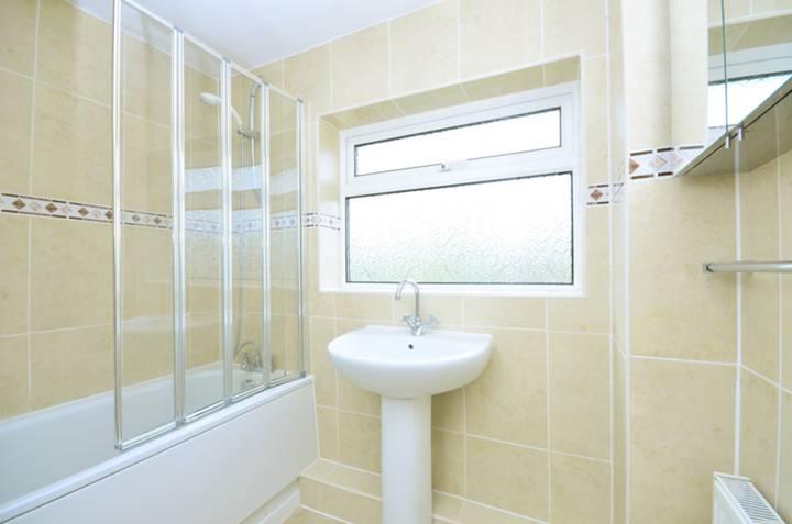 <b>Bathroom</b><span class='dims'> 7'3 x 5'5 (2.21 x 1.65m)</span>