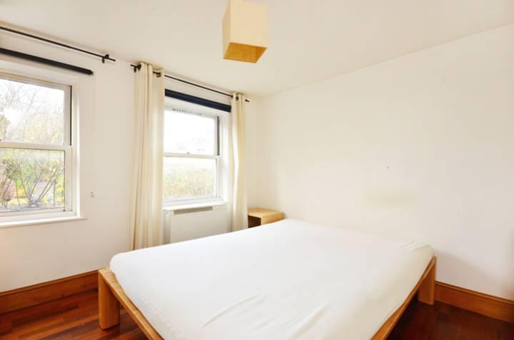 <b>Master Bedroom</b><span class='dims'> 11'2 x 10'7 (3.40 x 3.23m)</span>