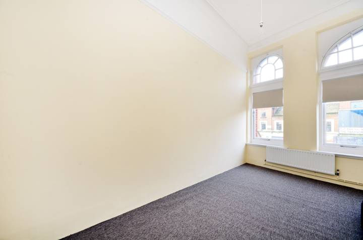 <b>Master Bedroom</b><span class='dims'> 17'5 x 8'3 (5.31 x 2.51m)</span>