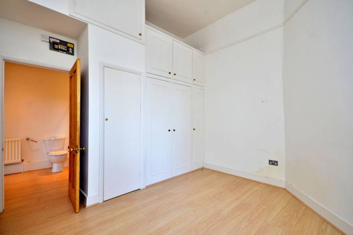 <b>Bedroom</b><span class='dims'> 12'10 x 11'11 (3.91 x 3.63m)</span>