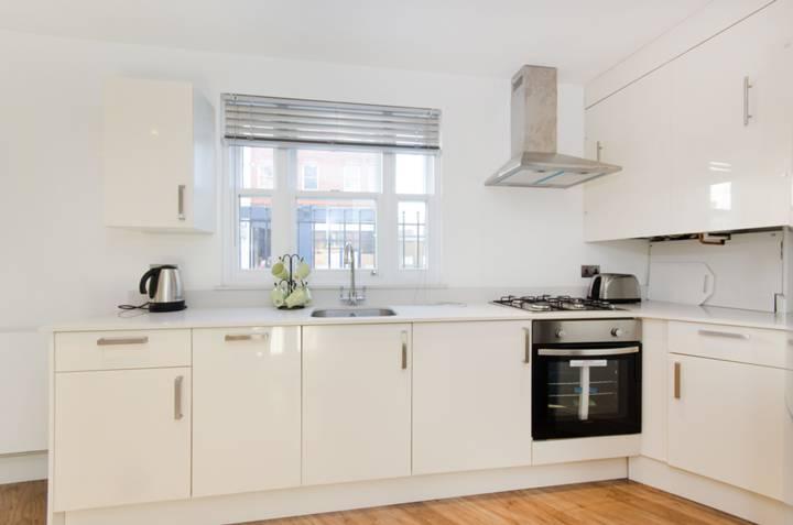 <b>Kitchen</b><span class='dims'> 12'5 x 10'6 (3.78 x 3.20m)</span>
