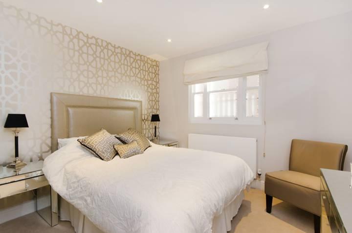 <b>Main Bedroom</b><span class='dims'> 13'6 x 10'2 (4.11 x 3.10m)</span>
