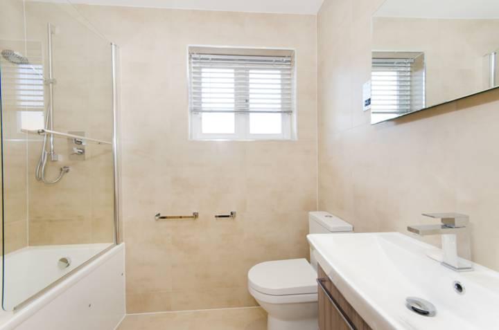<b>Bathroom</b><span class='dims'> 7'4 x 5'5 (2.24 x 1.65m)</span>