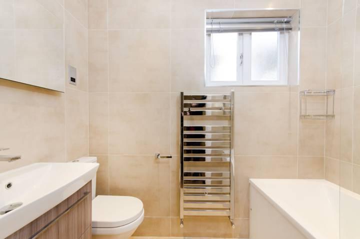 <b>Bathroom</b><span class='dims'> 7'4 x 5'6 (2.24 x 1.68m)</span>