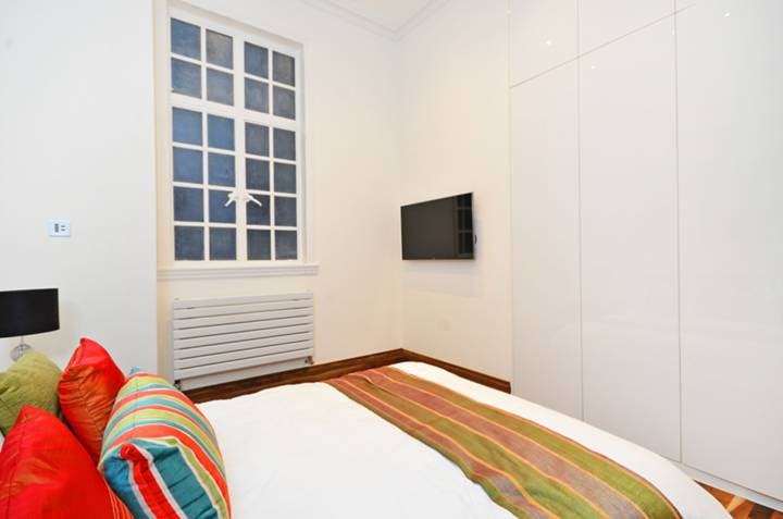 <b>Second Bedroom</b><span class='dims'> 11'7 x 11'1 (3.53 x 3.38m)</span>