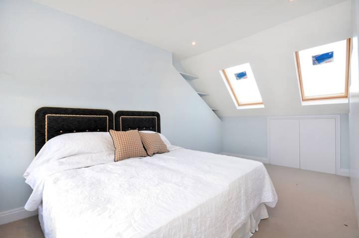 <b>Master Bedroom</b><span class='dims'> 16'3 x 11'1 (4.95 x 3.38m)</span>
