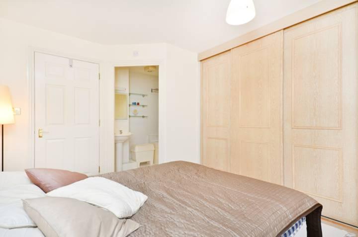 <b>Bedroom</b><span class='dims'> 13'9 x 11'9 (4.19 x 3.58m)</span>