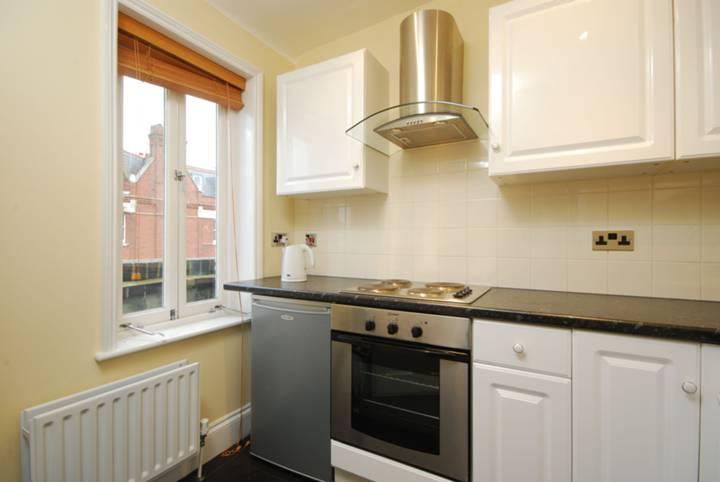 <b>Kitchen</b><span class='dims'> 8'6 x 7' (2.59 x 2.13m)</span>