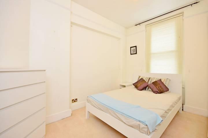 <b>Bedroom</b><span class='dims'> 12'7 x 9'5 (3.84 x 2.87m)</span>